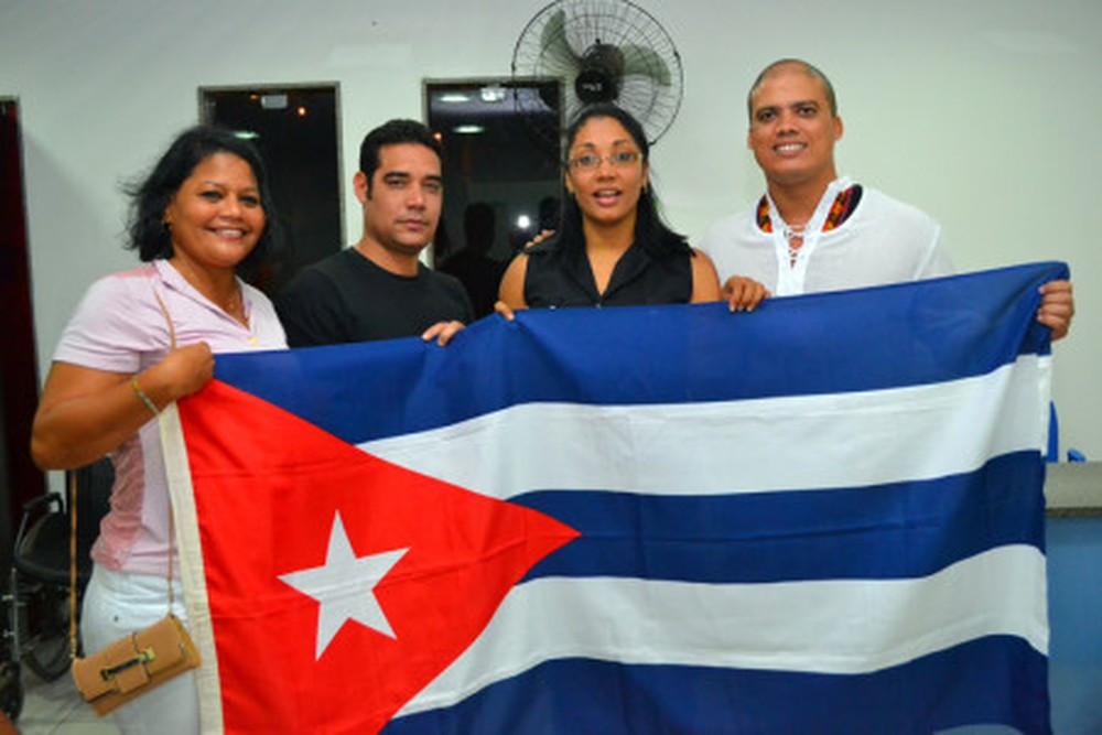 Cuba deixa o programa Mais Médicos e culpa declarações 'ameaçadoras' de Bolsonaro