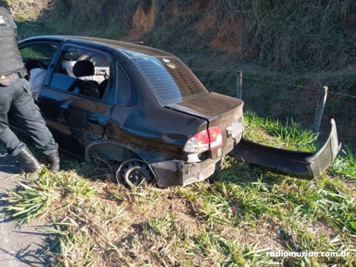 Após perseguição policial, casal de Muriaé capota com carro e é preso com drogas em Comendador Venân