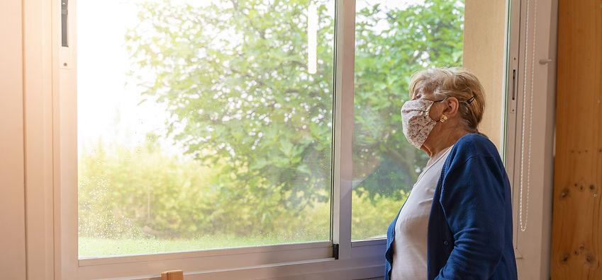 Personne âgée regardand l'extérieur