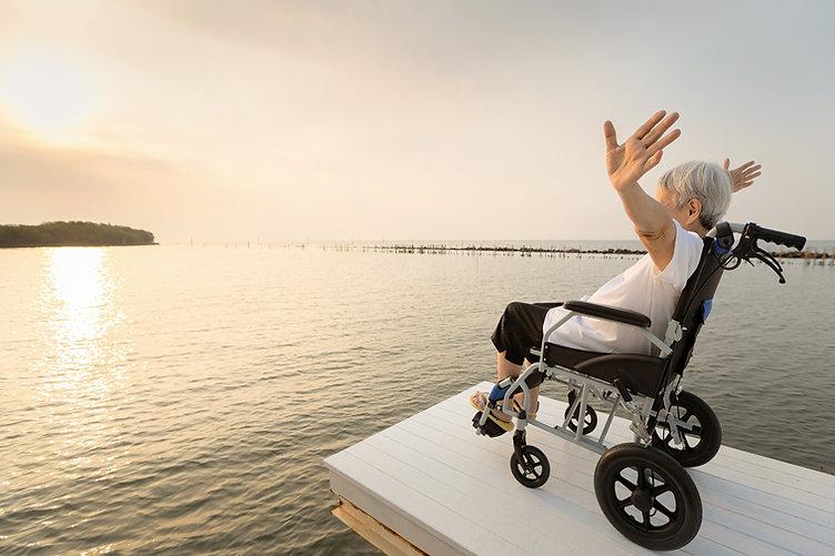 Personne âgée en mobilité réduite qui voyage