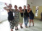 Photo d'un groupe de fille avant l'audition pour le cours de chant