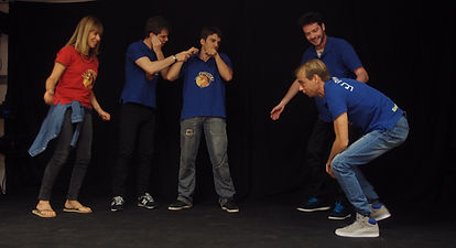 groupe de 5 comédien en pleine impro