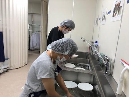 実習生と一緒にリユース食器の洗浄しました