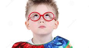 мальчик-в-больших-стеклах-и-костюме-клоу