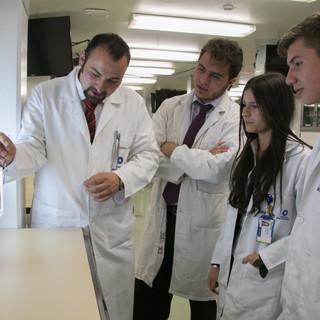 Explicación de la vasculatura hepática por el Dr. Roberto Rueda.