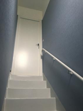 Cage d'escalier : intissé à peindre + peinture / escalier en peinture
