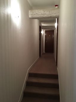Couloir : intissé à peindre + peinture / moquette