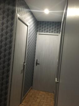 Couloir : papier peint Art déco / Portes façon cérusé