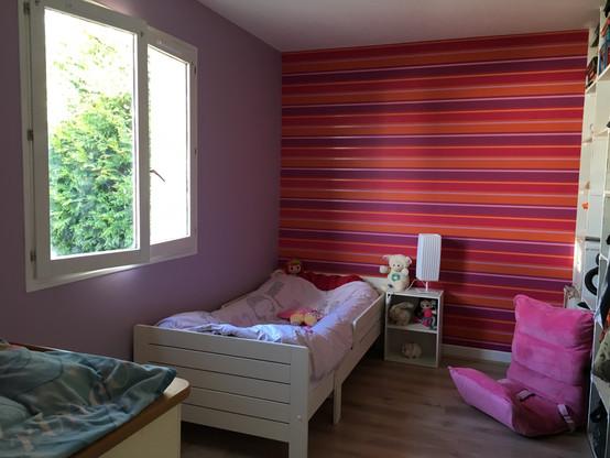 Chambre enfant : papier peint tête de lit + peinture