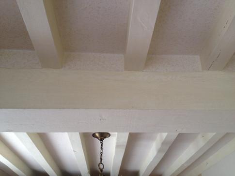Poutres en plafond façon cérusé