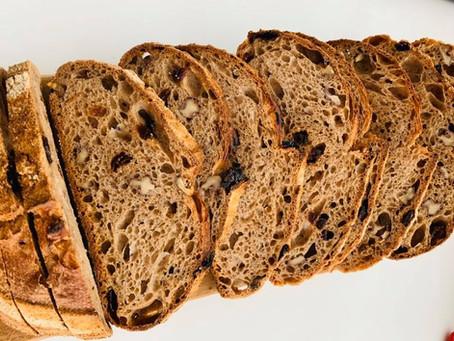 """חריצה של לחם על מנת לקבל את אפקט ה""""אוזן"""""""