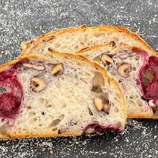 לחם מחמצת עם פטל ואגוזי מלך.JPG