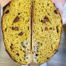 לחם מחמצת (שאור) עם מנגו.JPG