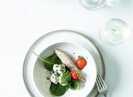 「アジの燻製 スモークチーズクリーム和え新ジャガイモに苺ときゅうりを飾って。」BO BEDRE 2020年6月号