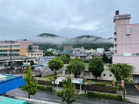 信夫山にかかるのは雲?