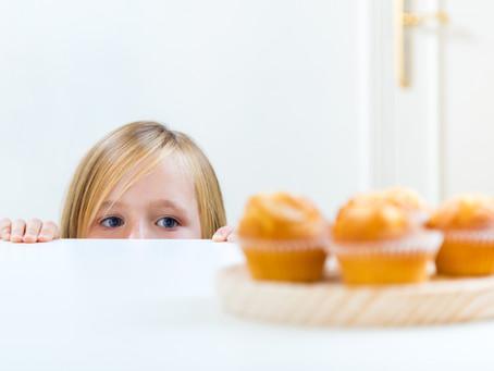 השמנת ילדים - הילדה אוכלת המון כשהיא לבד בבית