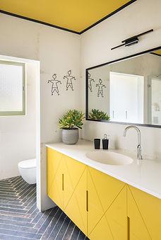 אמבטיה - נושא כלים.jpg