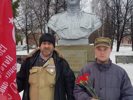 Коммунисты города Салават возложили цветы к бюсту Героя.