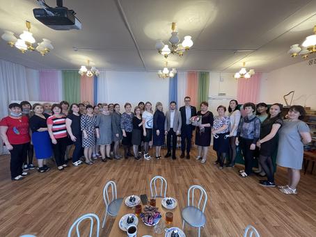 Депутат городского Совета Сомов В.И. поздравил коллектив МБДОУ №19 с Международным женским днём.