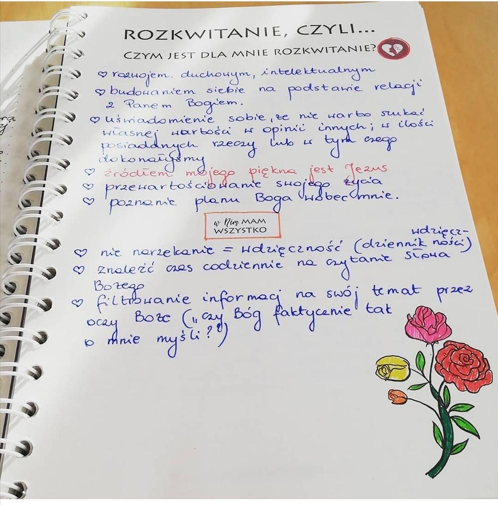 wypełniona strona w notesie Rozkwitam: czym jest dla mnie rozkwitanie?