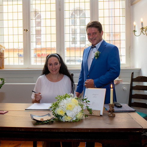 Brautpaar unterzeichnet die Heiratsurkunde
