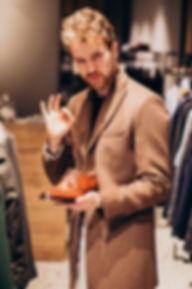 hombre-guapo-joven-que-elige-zapatos-tie