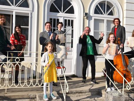 Der Bürgermeister gratuliert den Preisträgerinnen und Pädagoginnen