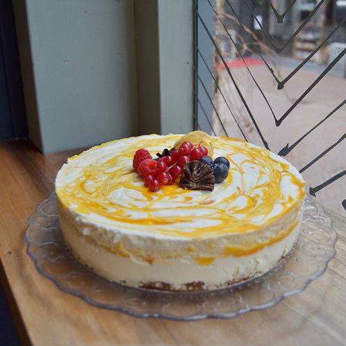 Gemarmerde yoghurt mango passievrucht taart