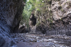 Couloir entre les orgues basaltiques