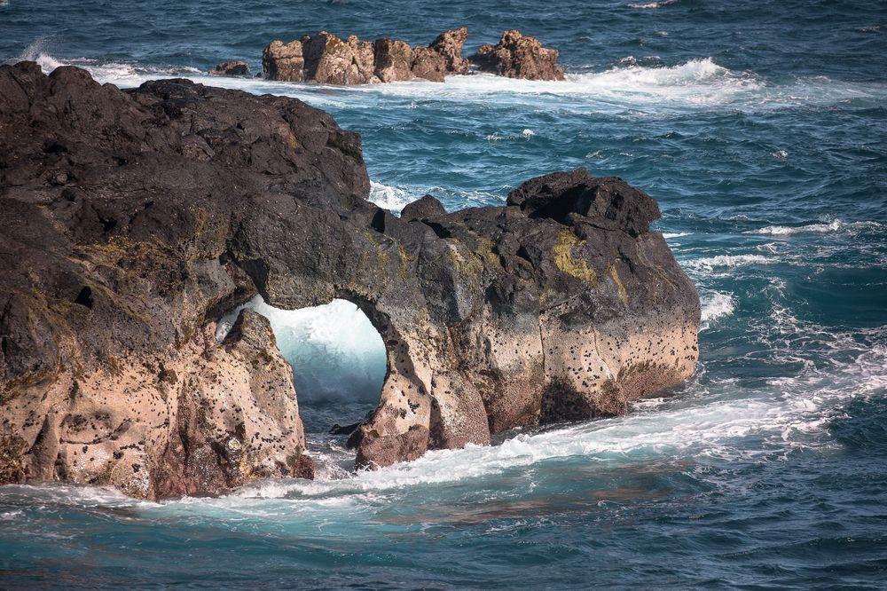 Arche de Grand Cap à Manapany sous l'effet de la houle.