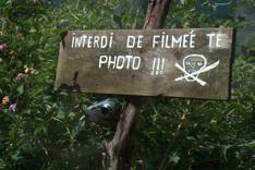 L'habitant ne devait pas aimer les photographes, l'orthographe non plus...