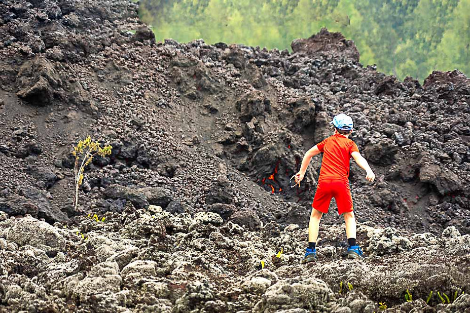 face à la coulée de lave Piton de La Fournaise