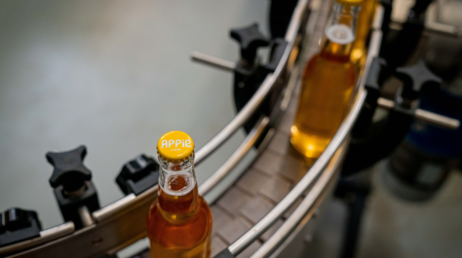Des bouteilles de cidre à la Limonaderie lors de la mise en bouteille