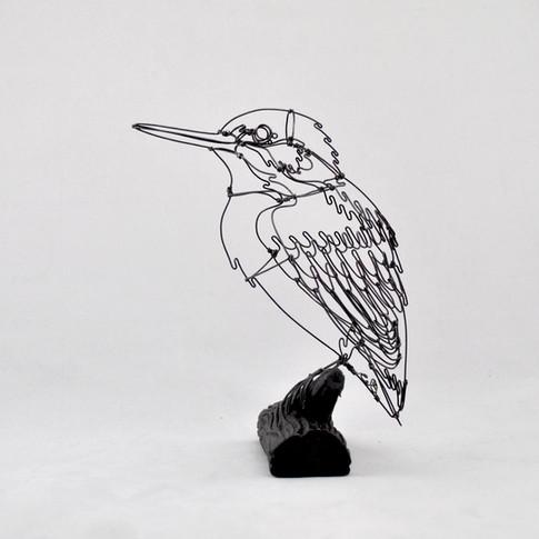 Martin-pêcheur en fil de fer sur socle en grès noir