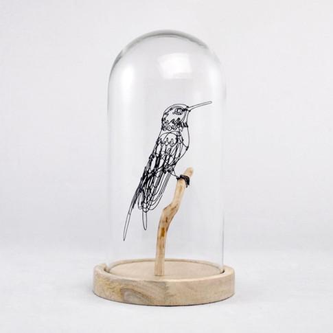 Colibri en fil de fer sur perchoir bois, globe en verre