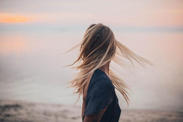 blond-hair-blurred-background-body-20725