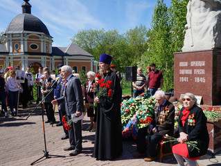 Митинг у памятника погибшим воинам в Коренево