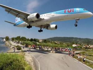 Видео: Захватывающая посадка самолетов в аэропорту острова Скиатос
