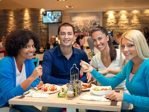 Иностранные туристы глазами греков: «Скажи мне, что ты ешь, и я скажу, откуда ты»