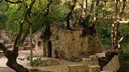 Необычная крошечная церковь в Греции