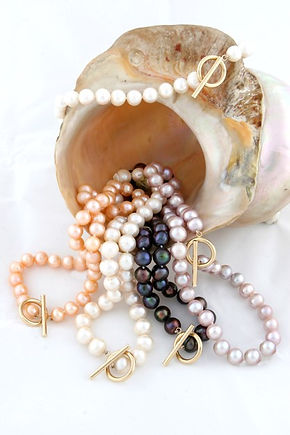 Freshwater cultured pearl necklace with gold T Bar clasp