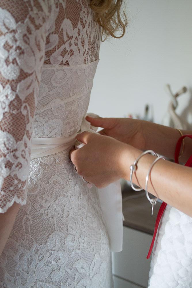 Finir le nœud de la robe
