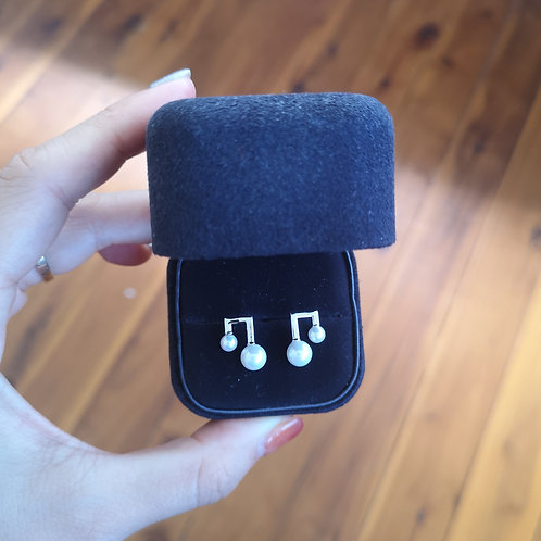 Musical note ear studs with cultured white pearl