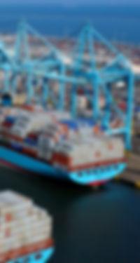 การขึ้นตู้คอนเทนเนอร์ในท่าเรือ