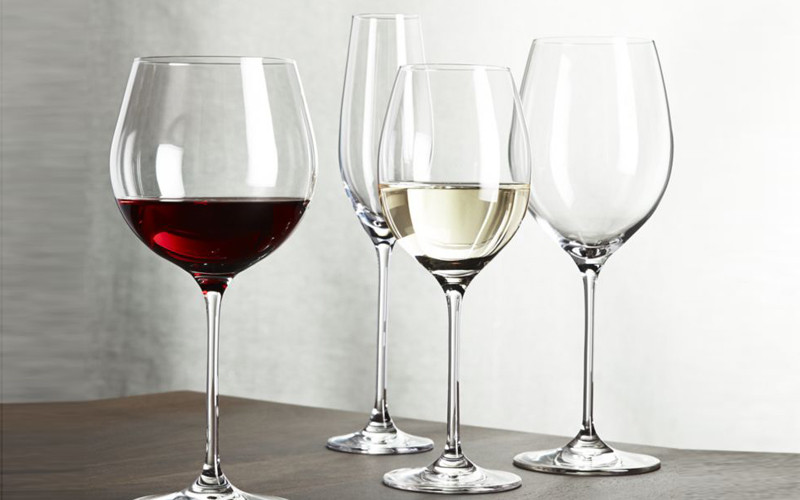 How to hold a wine glass correctly?
