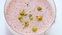 Smoothie with a floral hint: Chamomile, Strawberry & Quinoa