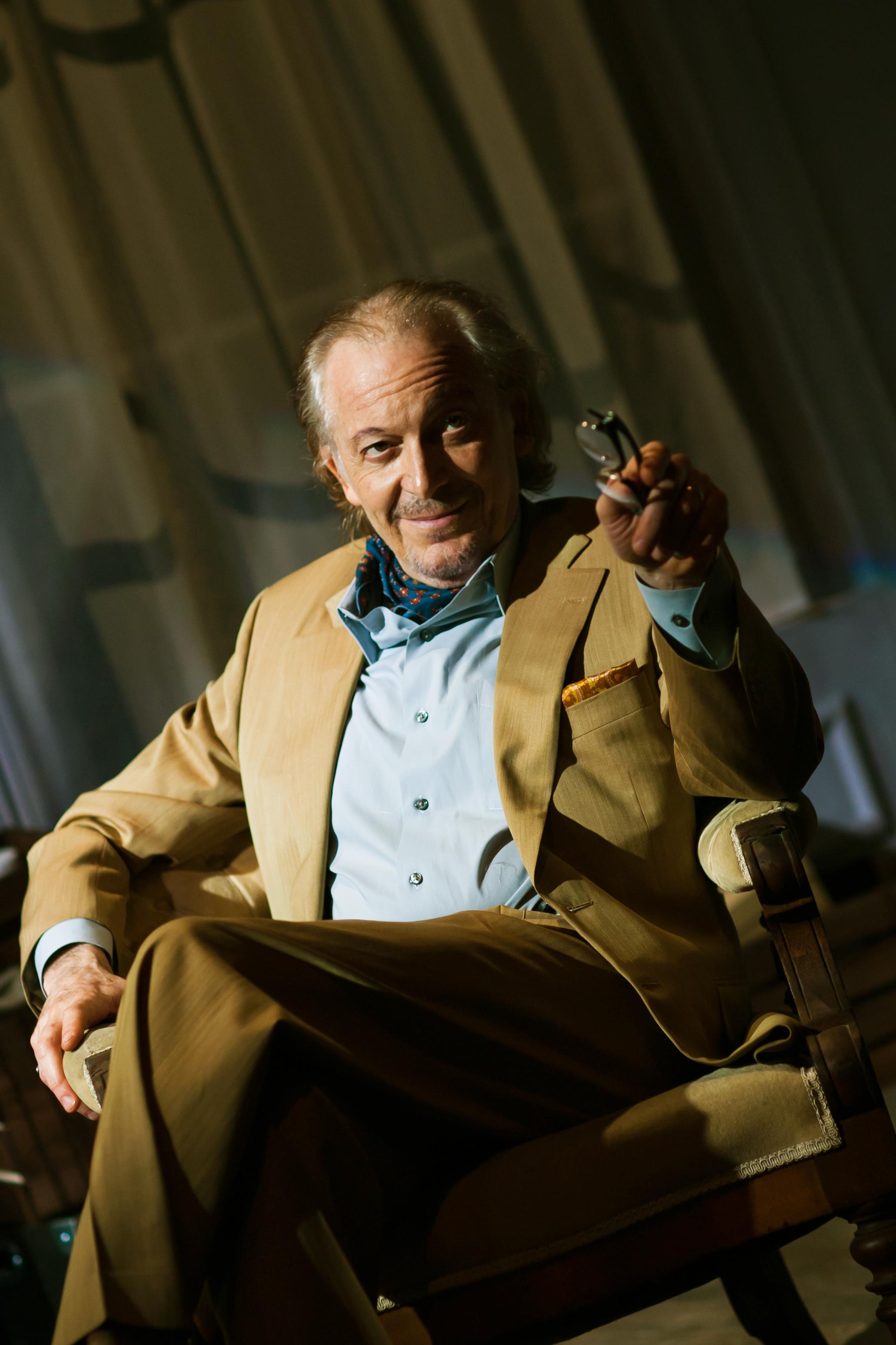 Bauer (Ronald Guttman*)