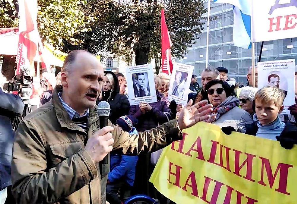 Мирослав Митрофанов выступает на одном из митингов, организованных РСЛ, у здания кабинета министров Латвии за право русских детей получать образование на родном языке.