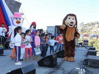 """""""El Perro Chocolo"""" y su banda hicieron bailar a los más pequeños en la """"Pampilla de los niños y las"""