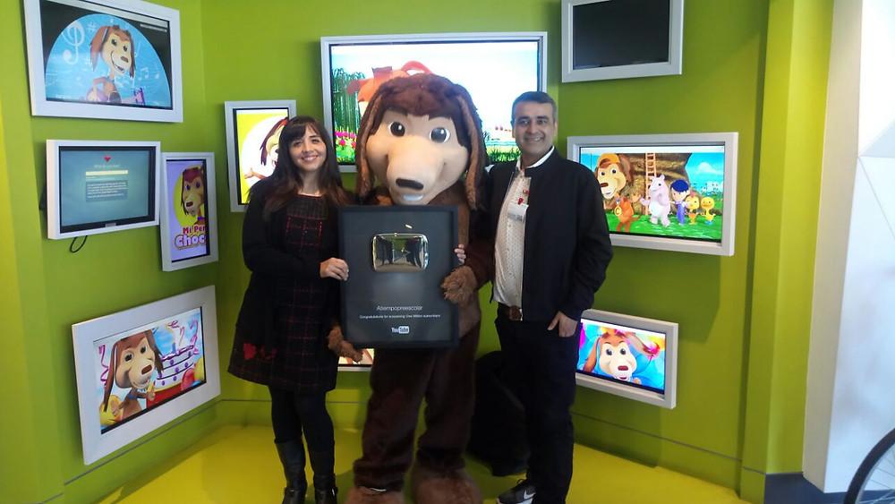 Perro Chocolo junto a su creadora Elizabeth Carmona y Patricio Gamonal Productor Ejecutivo de Atiempopreescolar.